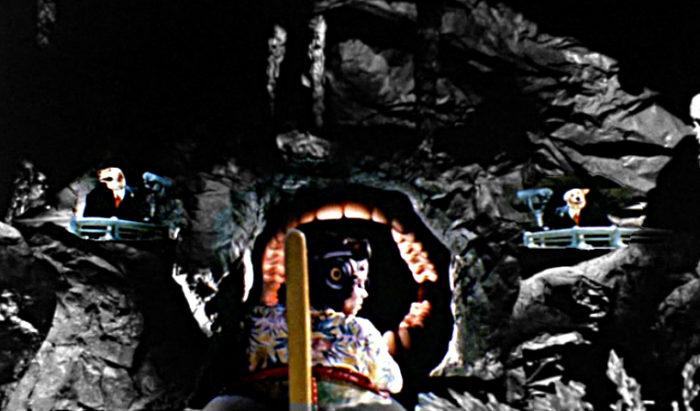 Jackson Maul Höhle Dunkelheit Hunde am Eingang des Mauls Leave me alone