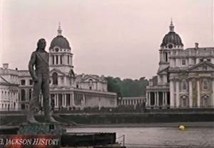 Screenshot meterhohe Statue Jacksons auf Schiff auf Themse
