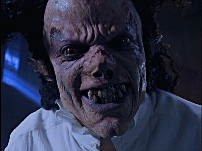 Jackson in Ghosts als Superghoul der sich mit hässlicher Maske grinsend in Kamera beugt