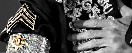 Bildausschnitt der Armbinde des MIchael Jackson von der Pressekonferenz zu This is it. Der Stern auf seiner Armbinde zeigt erstmals acht Spitzen.